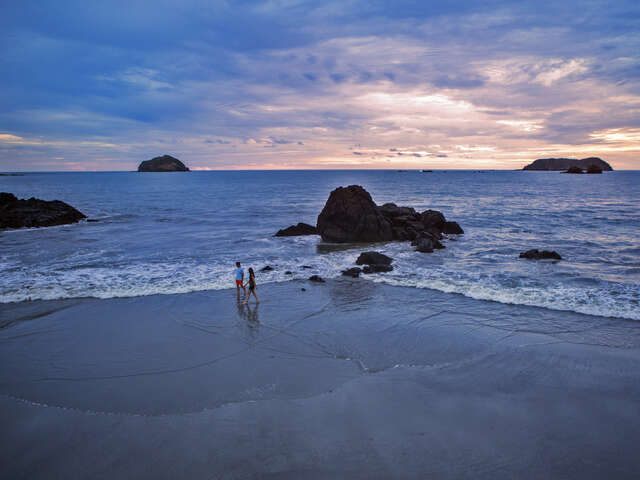 Costa Rica: Ocean Waves & Sunsets